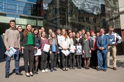 Die Preisträger des 12. Schülerwettbewerbs mit der Schirmherrin Dr. Birgit Klaubert, Ministerin für Bildung, Jugend und Sport, und PD Dr. Jörg Ganzenmüller (Foto: Holger John)