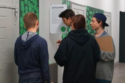 Schülerlotsen im Erdgeschoss der Gedenk- und Bildungsstätte Andreasstraße