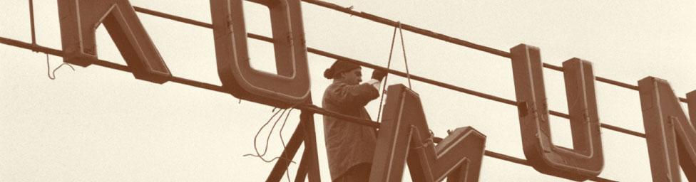 Kommunistische Neon-Propaganda wird von einem Fabrikdach in Prag entfernt. 6.Dezember 1989, nach der »Samtenen Revolution« in der Tschechoslowakei. (Foto:CTKPhoto/Libor Hajský)